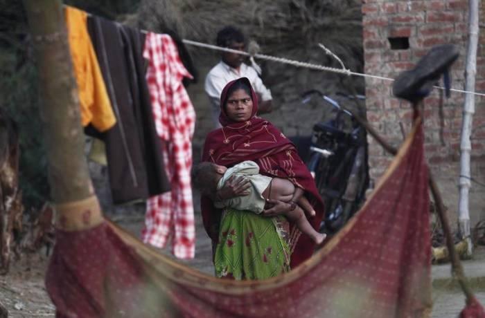 Неприкасаемая с ребенком на руках./Фото: d2sh4fq2xsdeg9.cloudfront.net