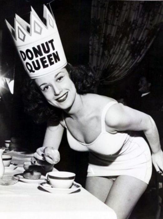 Каждая из обладательниц «сладкого» титула была просто обязана сделать такой снимок – в короне и с пончиком.